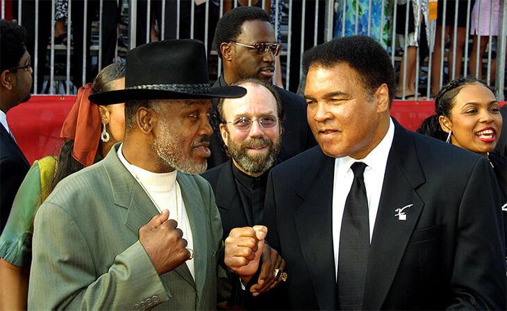 Джо Фрейзер – первый боксер, победивший Али. Мы поговорили с его менеджером и даже купили галстук легенды