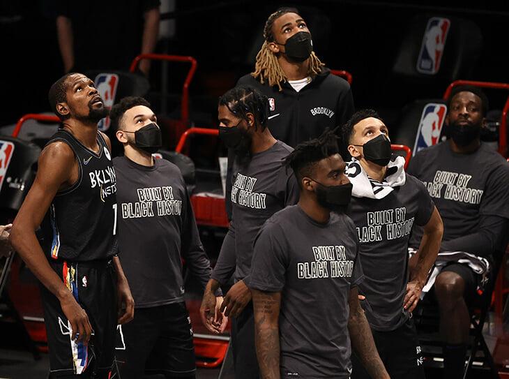 НБА снова начудила с ковидным протоколом. Кевина Дюрэнта сняли с игры во время тайм-аута (хотя он уже переболел)