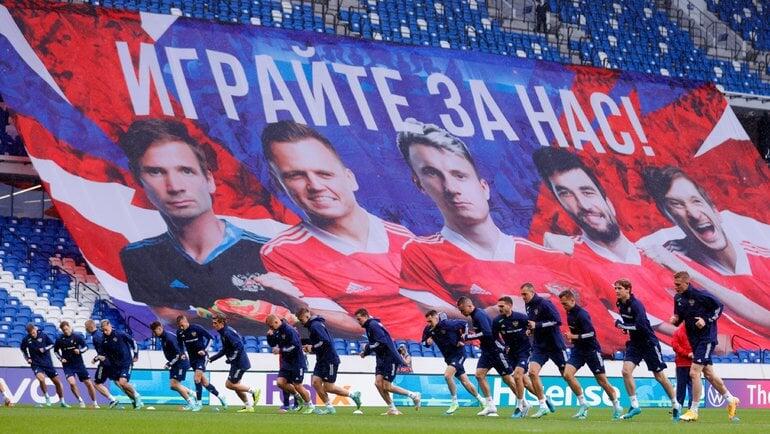 Игроки сборной России не встали на колено перед матчем Евро, бельгийцы преклонили колено