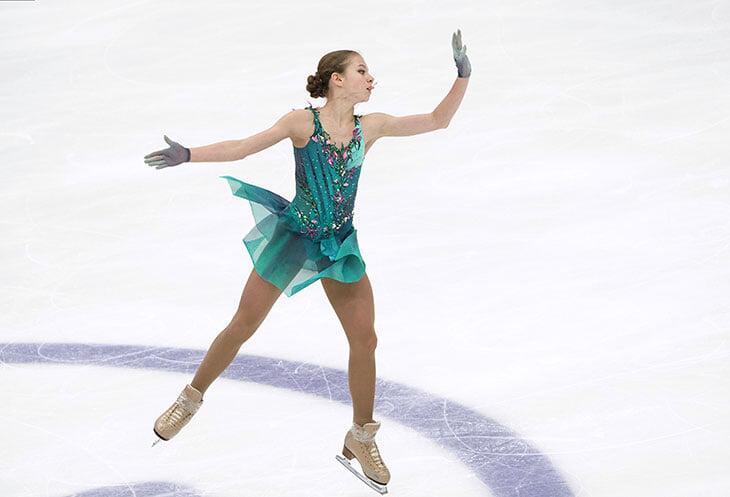 У Трусовой новое платье: открытая спина в форме сердца, но главное – из рукавов вырастают шипы🌹