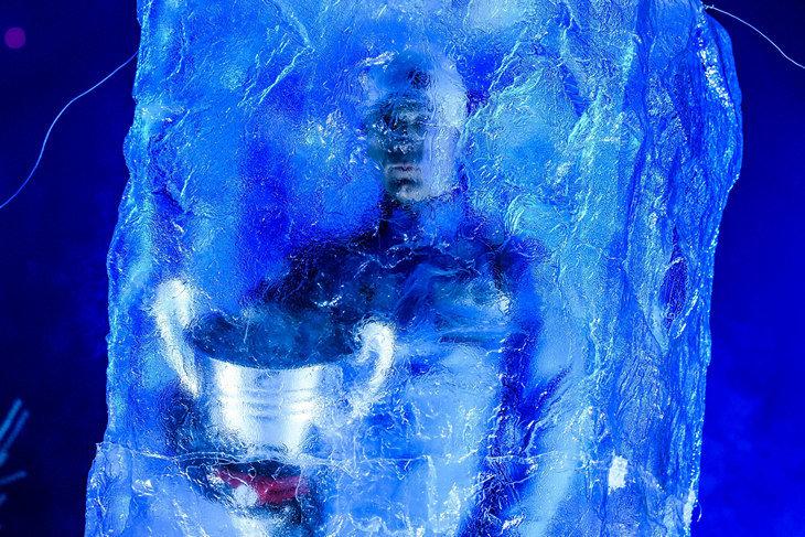 Бьорндален появился перед зрителями из льдины. В руках держал ушастый кубок – как будто только что выиграл Лигу чемпионов.