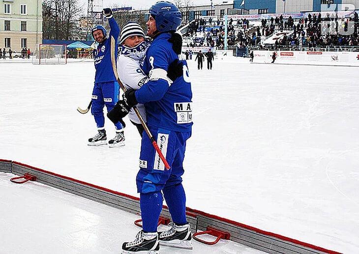 Молодой талант «Динамо» – сын легенды нашего хоккея с мячом. Поговорили с ними про критику, обиды и обморожения