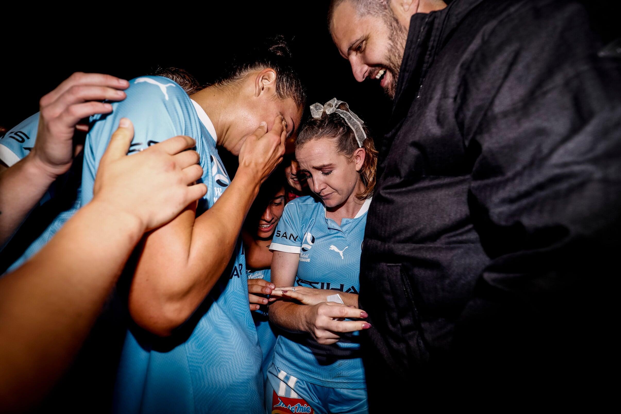 Голливудская история из Австралии: футболистка завершила карьеру ради парня, у которого рак. Он сделал ей предложение после матча