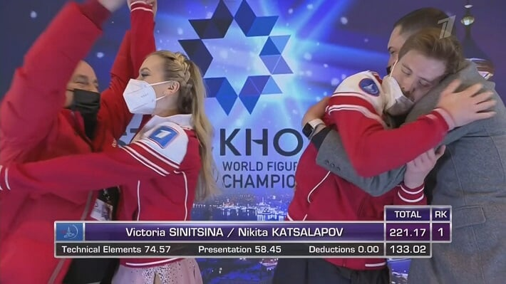 Синицина и Кацалапов – сама нежность: держались за руки и закрывали глаза в ожидании оценок – это их первое золото ЧМ