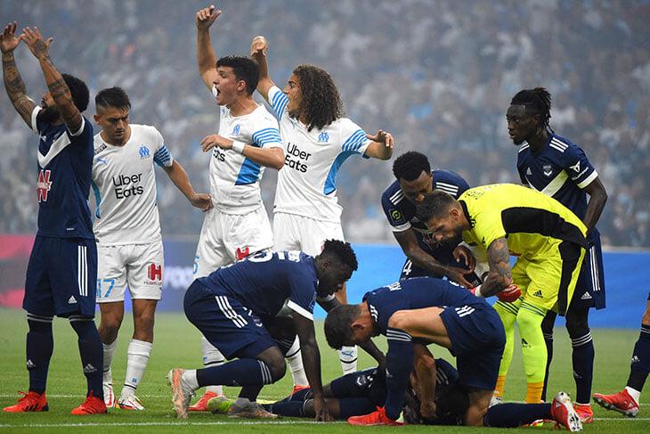 Тревожный флэшбек из Франции: игрок «Бордо» потерял сознание на поле, футболисты стеной закрыли его от камер