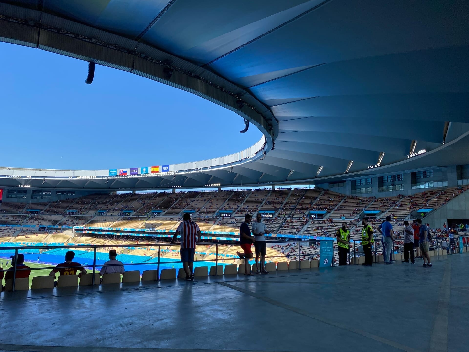 Впечатления со стадиона в Севилье, который страдает все 22 года. Зачем ему отдали Евро? Как там внутри?