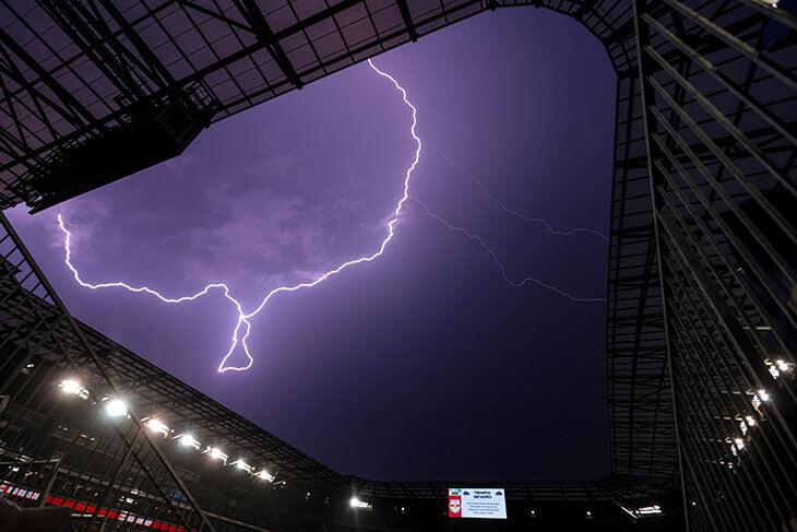 Фото дня: мощный разряд над Нью-Джерси, из-за которого отменили матч МЛС