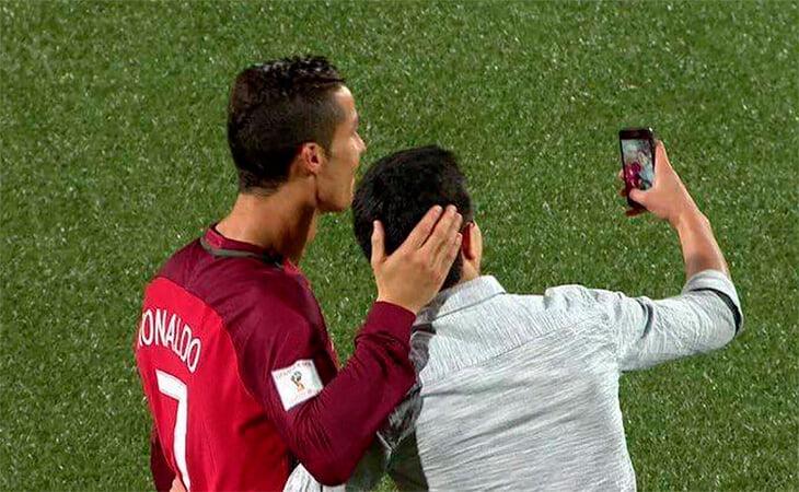 Фанаты Роналду вечно выбегают на поле – а Криштиану всех делает счастливыми. Даже если тупит камера на смартфоне!