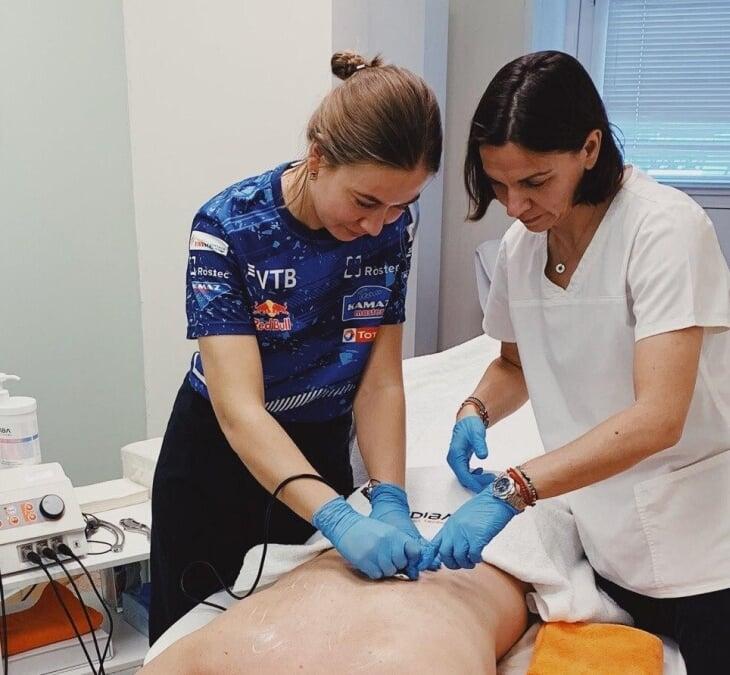Спортивный врач отвечает на вопросы о травмах и восстановлении. Она работала с баскетболистами, автогонщиками и бегает ультрамарафоны