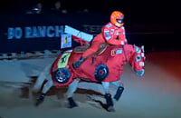 Дочь Шумахера устроила конное шоу в честь Михаэля. Надела шлем и комбинезон «Феррари», а на лошадь – гоночную ливрею Скудерии