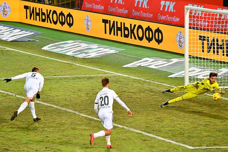 ЦСКА много давил через левый фланг, но безрезультатно. У «Локо» лишь один удар из штрафной и победа 2:0