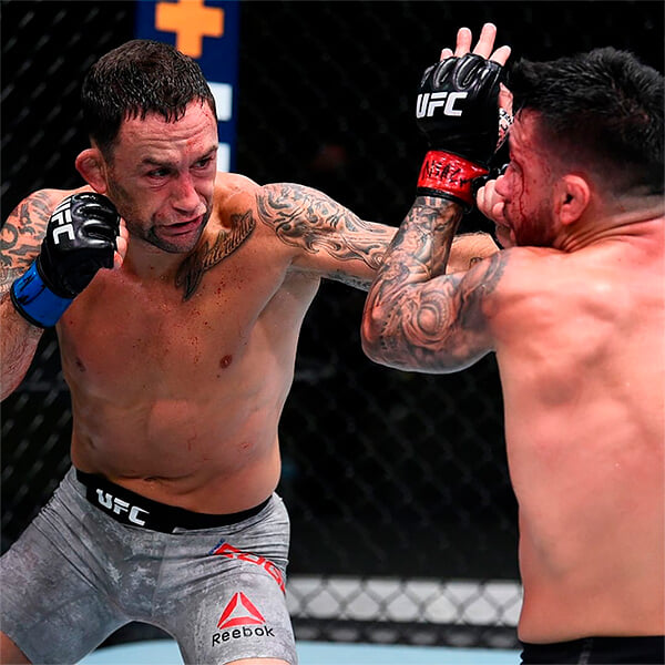 «Куча засранцев тявкает, что я старый и медленный». Экс-чемпион UFC в 38 лет сменил категорию и закатил бой вечера