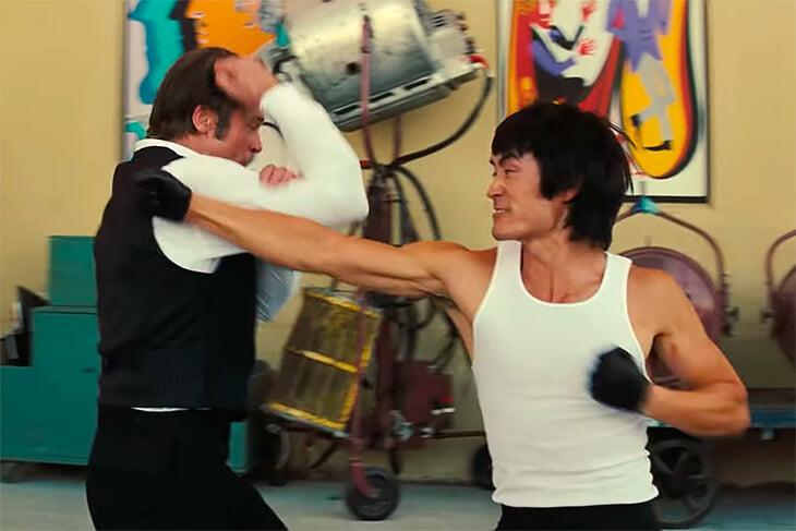 Брюс Ли бежал в Америку из-за проблем с мафией. Там он открыл школу кунг-фу и унижал другие стили