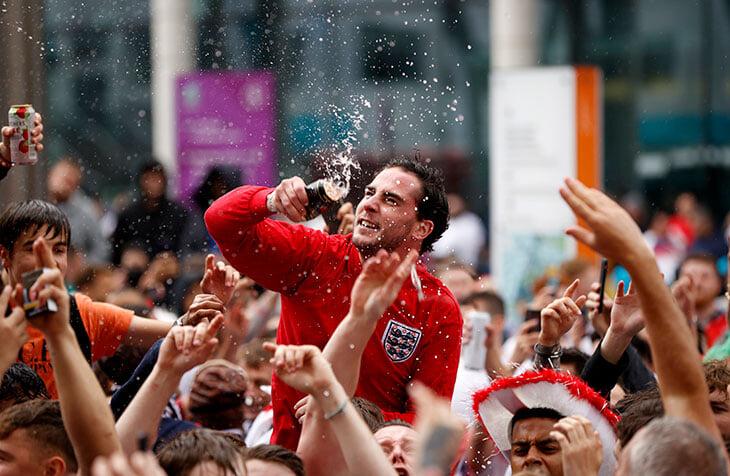Двойник Юргена Клоппа, духовой орекстр и безумная вечеринка (45 тысяч!) среди дня – главное в матче Англии и Германии случилось на трибунах