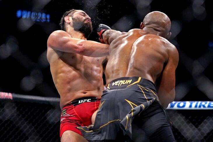 Усман удивил: не полез бороться с Масвидалем, а наглухо его уронил. Намаюнас же выдала эпичный нокаут с ноги