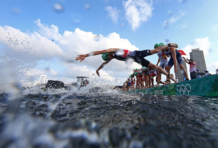 Триатлон в такую жару в Токио – пытка. Норвежец-чемпион рухнул без сил на финише и не мог встать сам