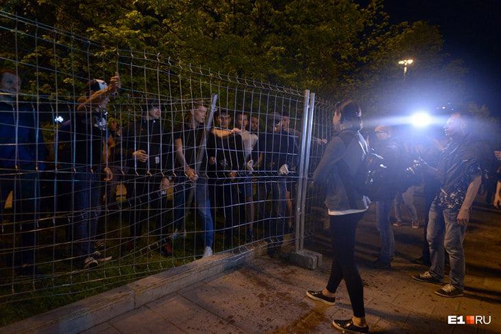 В Екатеринбурге бойцы MMA разгоняют противников строительства храма. Грубо, с матом и потасовками