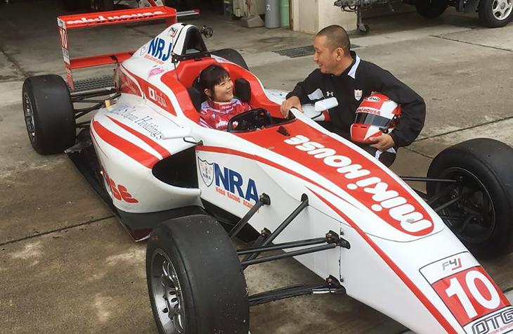 Юная девушка хочет стать гонщицей «Формулы-1». И уже бьет рекорды в Японии