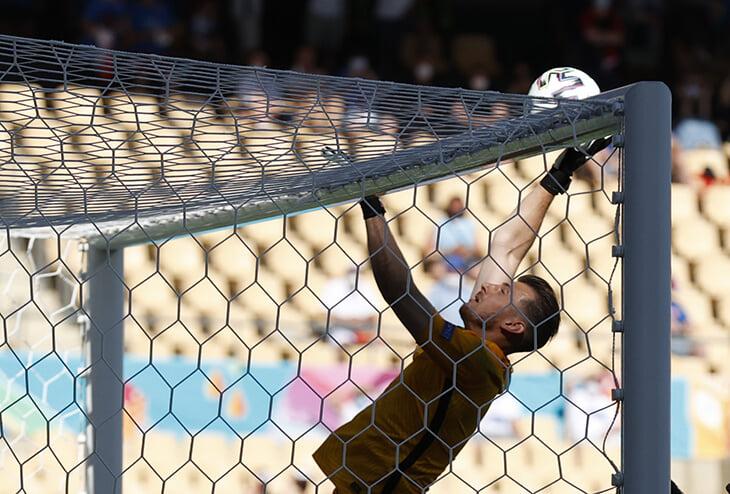 Нелепейший автогол вратаря Словакии: вбил рукой, как волейболист, а сборная вылетает с Евро 😳