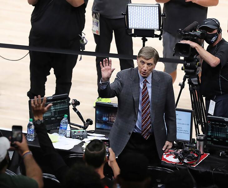 Легендарный комментатор НБА завершил карьеру. Марв Альберт был голосом баскетбола почти 60 лет, хотя его признали виновным в преступлении на сексуальной почве