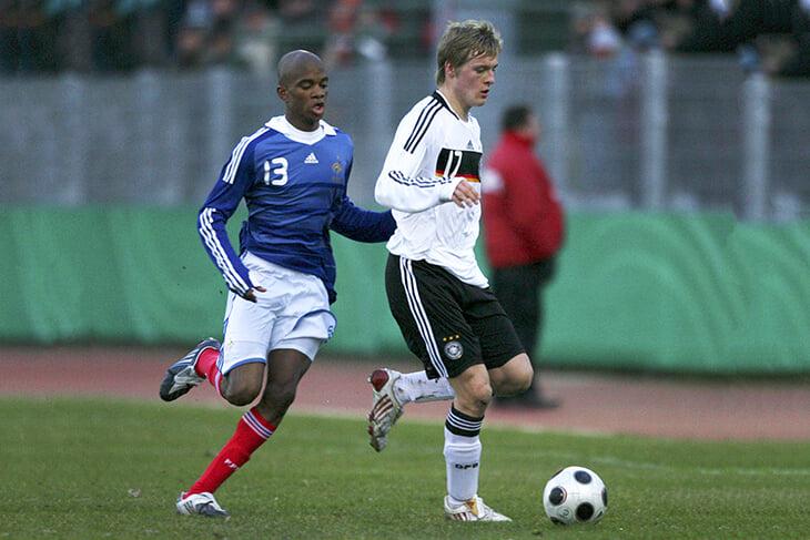 Он выиграл юношеский Евро за Францию и жил с Гризманном. А теперь сыграл за Венгрию против Гризманна
