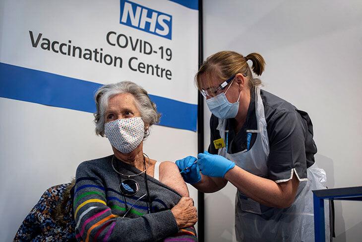 В Британии одобрили уже три вакцины от коронавируса. Почему АПЛ просто не привьет всех футболистов?