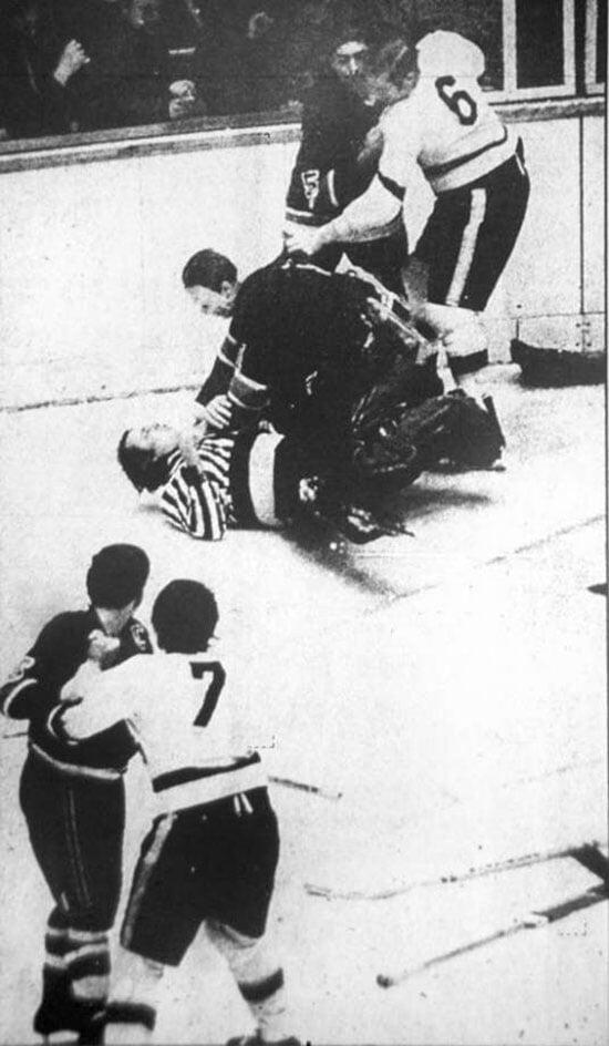 Нашли фото, где вратарь душит судью. Оказывается, тот постоянно помогал игрокам из своего города в драках