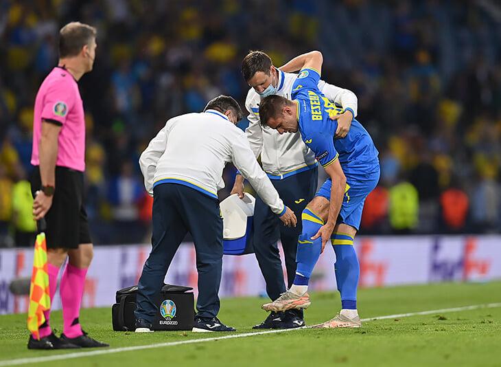 Самый жесткий момент Евро: шипами в колено получил украинец Беседин. Смотреть очень больно