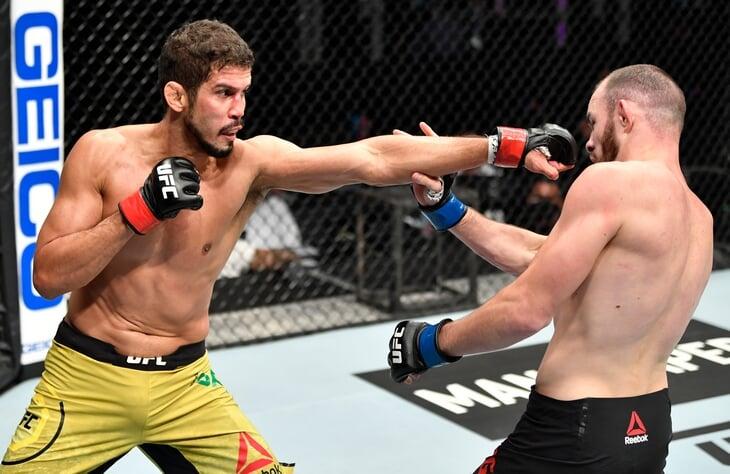 Российского бойца уволили после дебюта в UFC из-за неонацистской татуировки секунданта. Он все равно был плох: нарушал правила, бил в пах и с треском проиграл