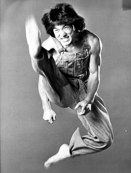 Джеки Чан перенес 3000 травм на съемках фильмов. Его вырубал Брюс Ли, а до карьеры в кино он снимался в порно