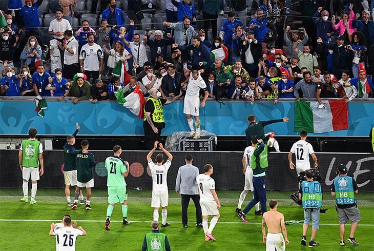 Бескрайнее счастье Италии: фанаты забирали у игроков даже шорты и не отпускали героя Кьеллини