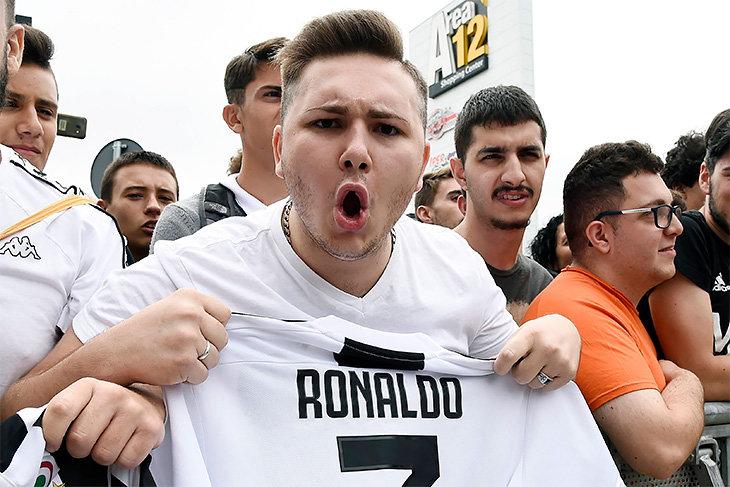 8903abaa11c6c Журналист Yahoo Sports заглянул в фаншоп «Юве» в Милане, увидел огромную  очередь перед открытием в 10 утра, подсчитал, что на кассе пробивается 1  футболка в ...