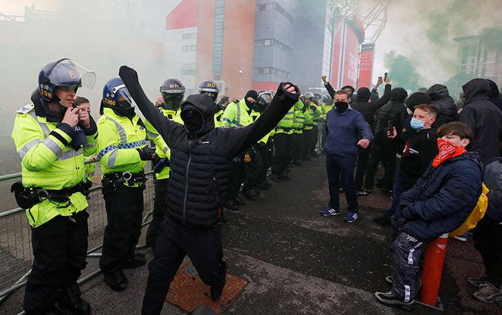 Репортаж из осажденного «Олд Траффорд»: отвлекающий маневр автобуса «Ливерпуля», дымовые шашки, кровати в вип-ложах