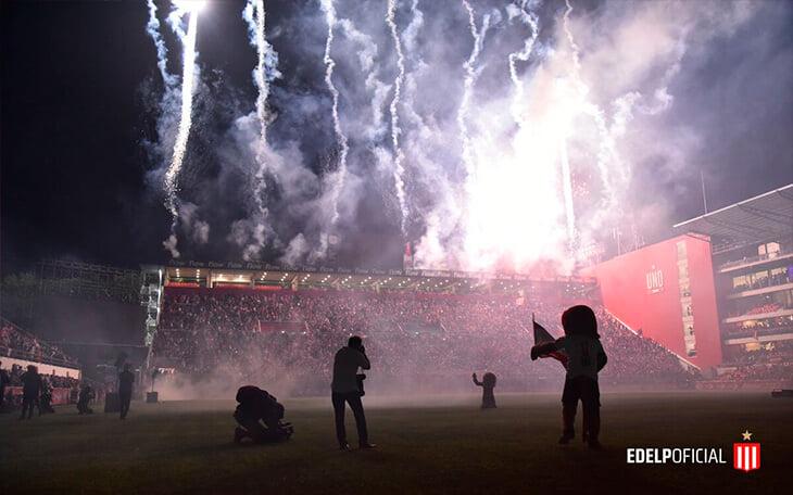 «Эстудиантес» спустя 14 лет открыл новый стадион. В трансляции показали, как по крыше ходит огненный лев (это спецэффекты)