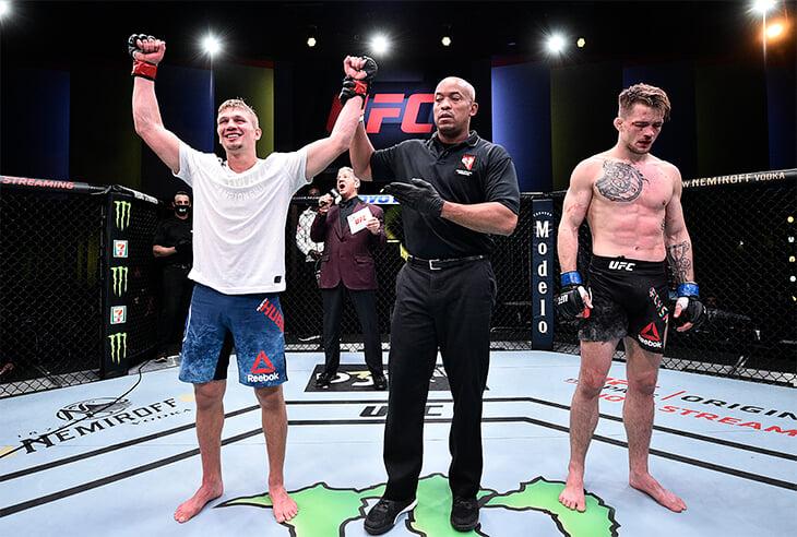 Боец просил остановить поединок в UFC, но тренер заставлял продолжать. Теперь проведут расследование
