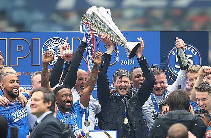 Только посмотрите, как счастлив Джеррард. Он поднял первый трофей в тренерской карьере