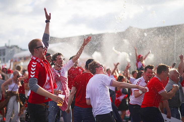 Датское счастье через край: игроки сияют перед болельщиками, народ дома тусит на улицах