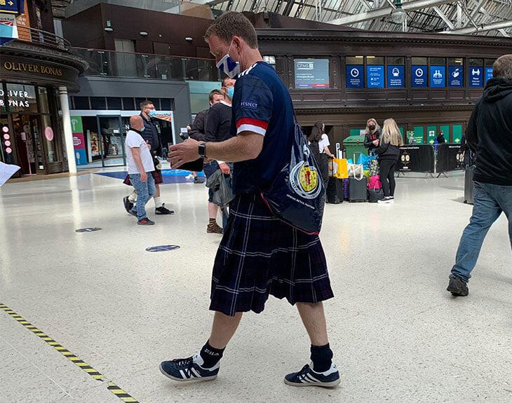 Шотландия точно запомнит домашний Евро: гол с центра поля, фанаты в килтах, стойка (вместо колена) против расизма