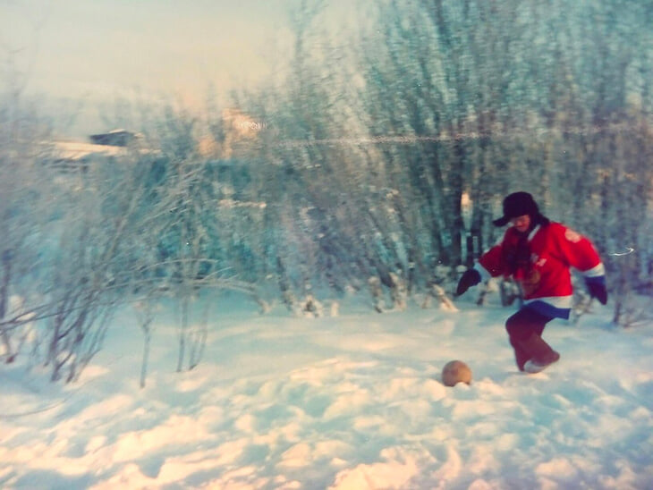 Фристайлер-видеоблогер (65 лет) из Йошкар-Олы: начинал с игры яблоками, а теперь финтит как Роналдиньо и чеканит четыре тысячи раз