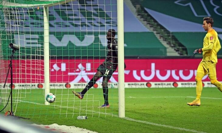 Пижонский гол из Бундеслиги: нападающий вышел на пустые ворота, но остановил мяч на линии и 7 секунд нервировал соперника