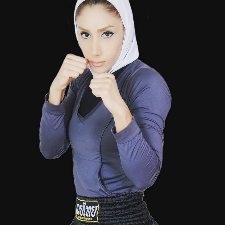 Иранская девушка дебютировала в MMA в хиджабе. Ее задушили за 19 секунд и долго откачивали
