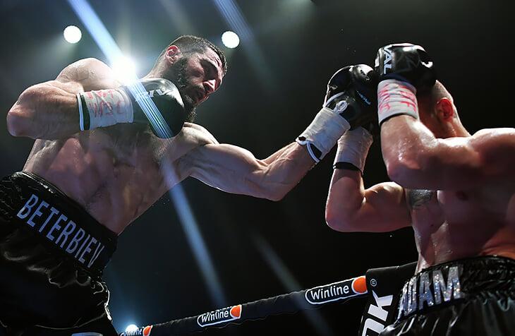 Бетербиеву было сложно, но он защитил титулы нокаутом. Прямо в ринге Артура по видеосвязи поздравил Кадыров