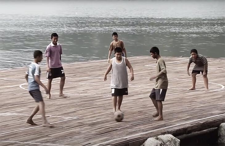 На таиландском острове не было места для футбольного поля – и его построили прямо над водой. Так родилась удивительная команда