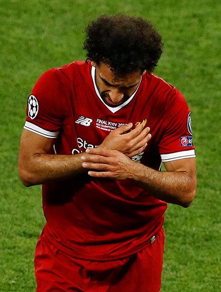 Салах получил травму плеча в финале. И ушел в слезах