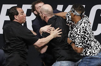 «Не смей даже упоминать мою гребаную маму». Злая драка бойцов UFC