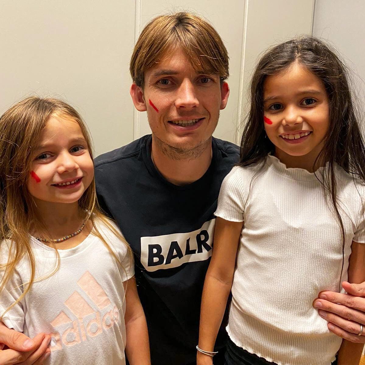 На лицах игроков и тренеров Серии А – красные полосы. Лига продолжает говорить о проблеме насилия по отношению к женщинам