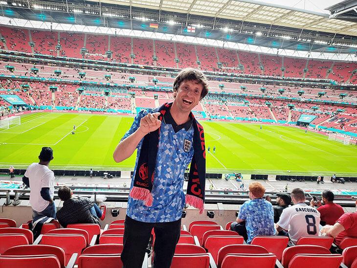 Английские фанаты купили билет не на свой полуфинал – и пришли в костюмах итальянского повара и испанского лобстера