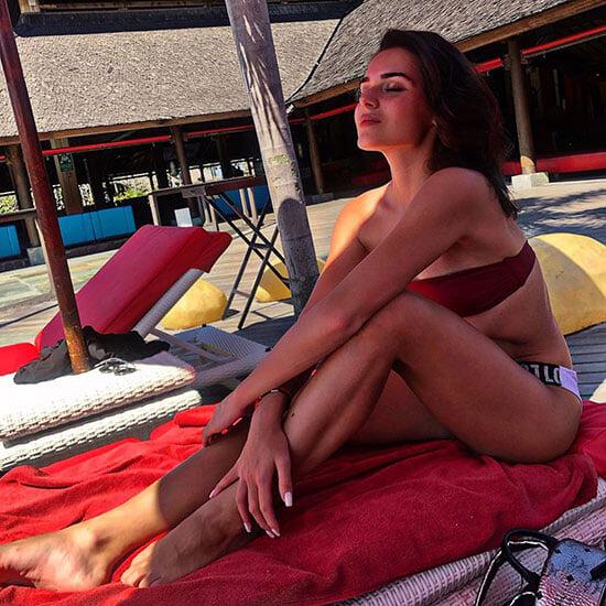 У Аделины Сотниковой изысканные купальники: почти все раздельные, а еще она любит красный цвет
