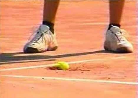 В 2003-м Роддик подал так мощно, что сломал корт. Спойлер: видео попало на главный фестиваль рекламы