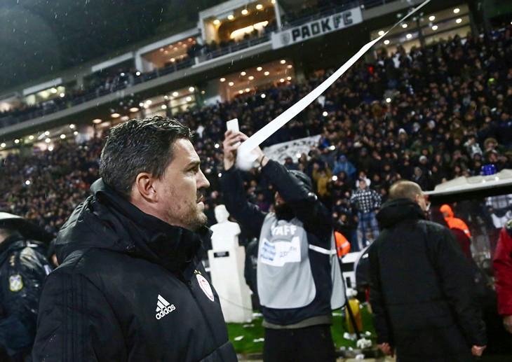 В Греции тренеру разбили голову рулоном туалетной бумаги. Матч отменили